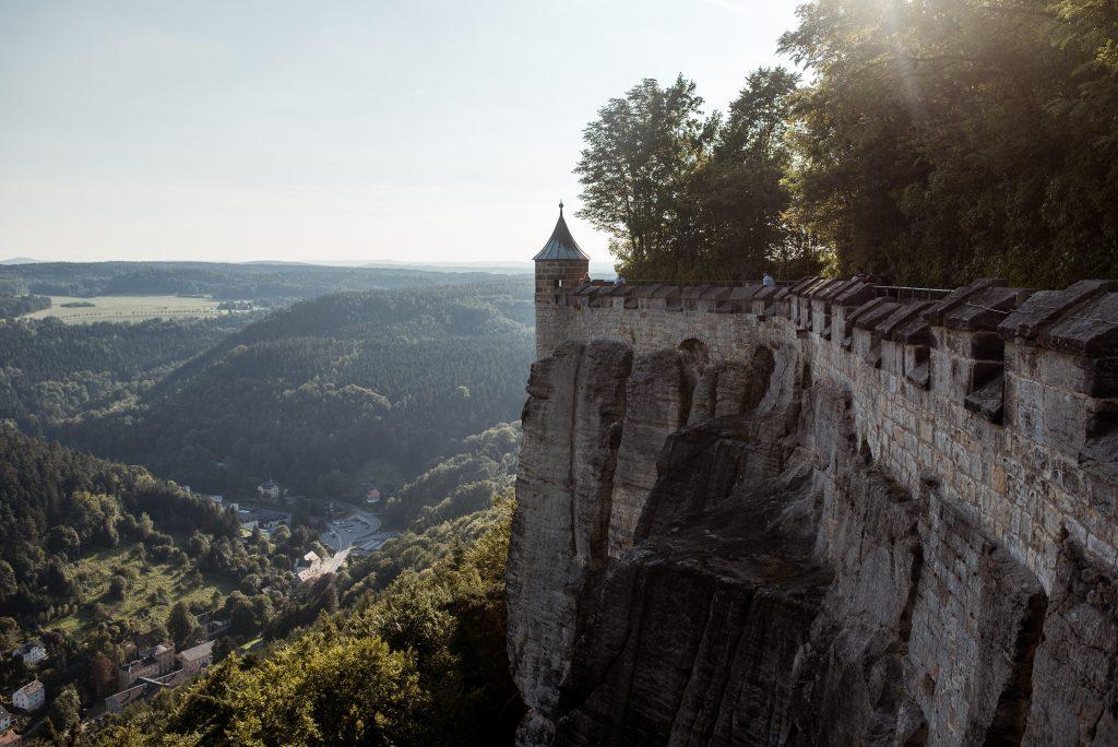 Die Festung Königstein liegt in den Bergen der Sächsischen Schweiz. Besonders im Herbst ein sehenswerter Ort.