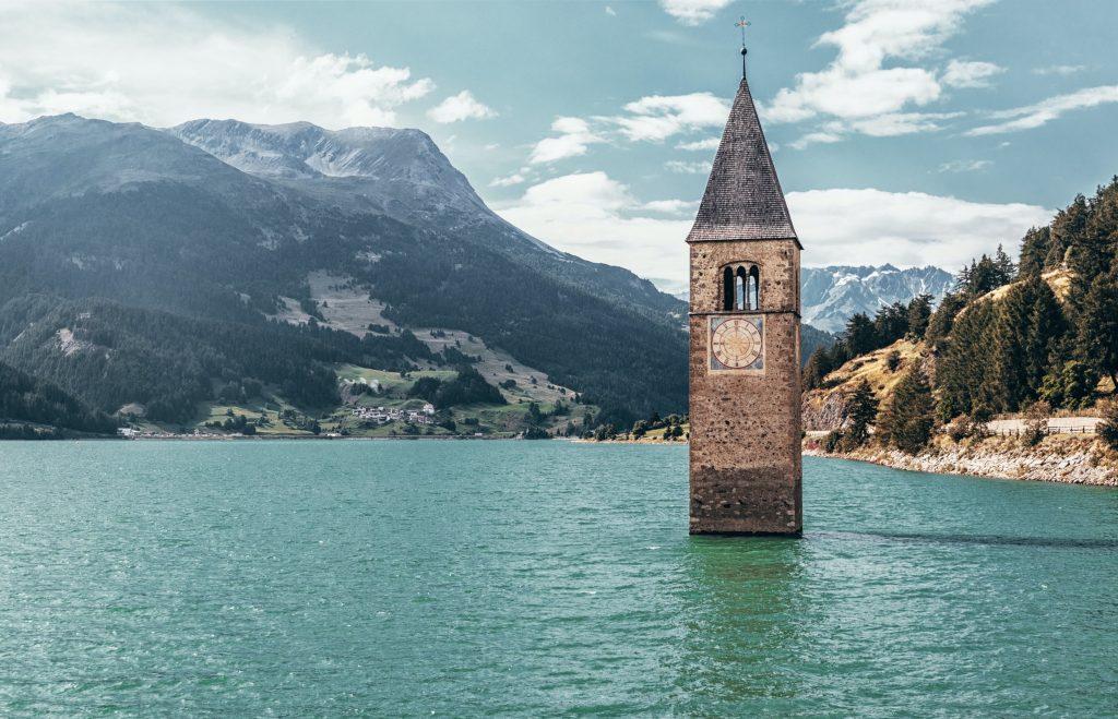 Reschensee in Trentino. Ein schöner Ort, um das Wohnmobik zu parken und mit dem Hund spazieren zu gehen.